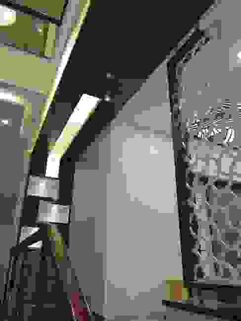 Pasillos y vestíbulos de estilo  por Hasta architects,