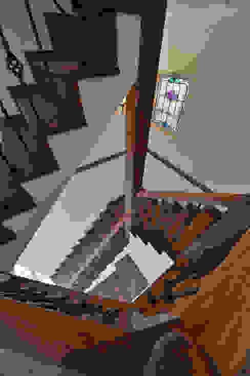 階段とステンドグラス.* クラシカルスタイルの 玄関&廊下&階段 の 株式会社 盛匠 クラシック