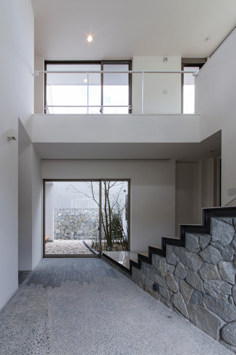 Modern Corridor, Hallway and Staircase by Kenji Yanagawa Architect and Associates Modern