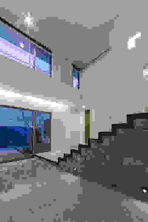 The House creates open land scape モダンスタイルの 玄関&廊下&階段 の Kenji Yanagawa Architect and Associates モダン