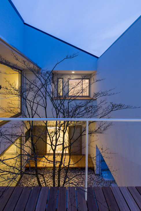 The House creates open land scape Kenji Yanagawa Architect and Associates モダンデザインの テラス