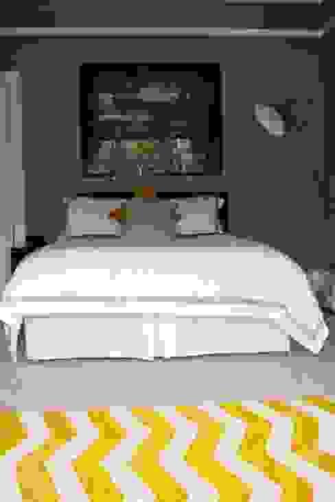 Batchelor Pad, Master Bedroom Schlafzimmer von Isolution Interiors