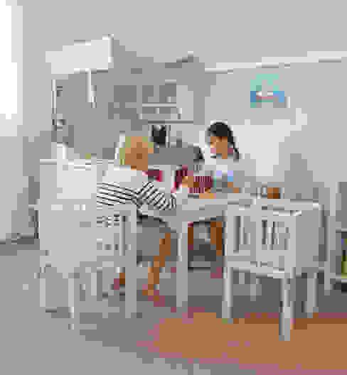 Stanza dei bambini in stile scandinavo di YUYO`s Schöne Kinderzeit Scandinavo