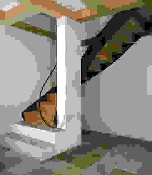 Treppe Rustikaler Flur, Diele & Treppenhaus von Gabriele Riesner Architektin Rustikal