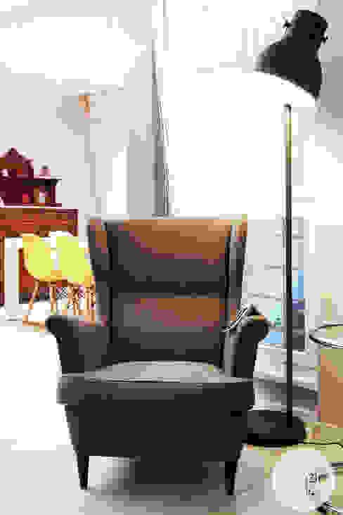 L'angolo lettura Soggiorno moderno di Spazio 14 10 di Stella Passerini Moderno