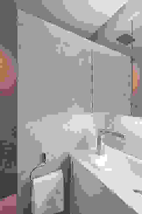 Baño en pizarra gris Casas de estilo moderno de Laura Yerpes Estudio de Interiorismo Moderno