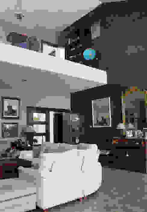 Salón y biblioteca Casa Zaranda de LAR arquitectura Ecléctico