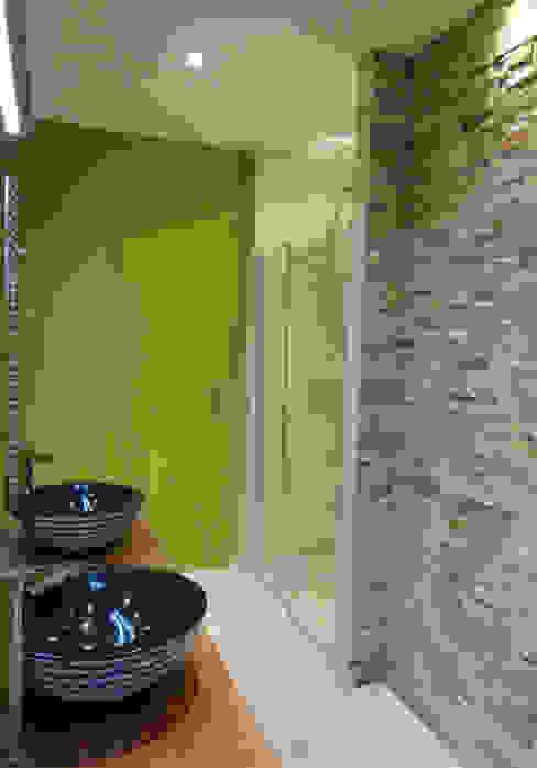 Moderne Badezimmer von UN AMOUR DE MAISON Modern