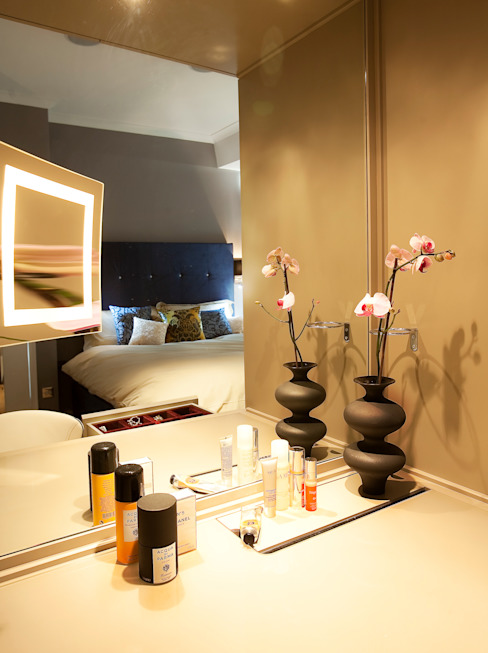 Elegant make up corner in master bedroom Camera da letto eclettica di Matteo Bianchi Studio Eclettico