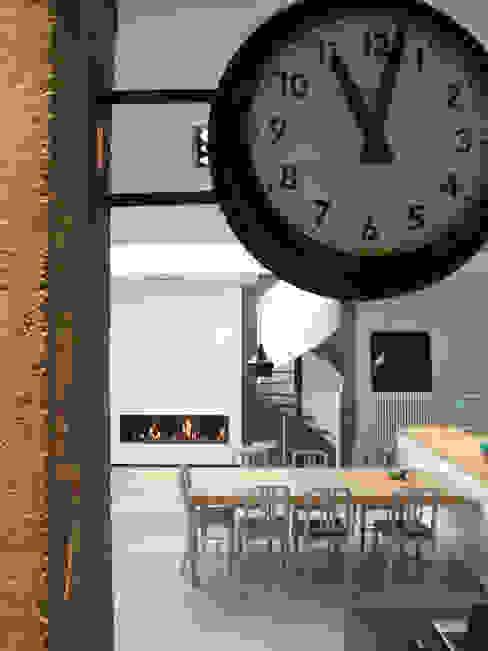 Sala da pranzo in stile industriale di KJBI DECO Industrial