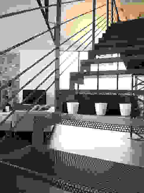 Maison contemporaine dans ancienhangar KJBI DECO Couloir, entrée, escaliersEscaliers