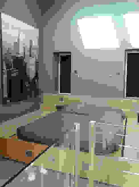 Camera da letto in stile industriale di KJBI DECO Industrial