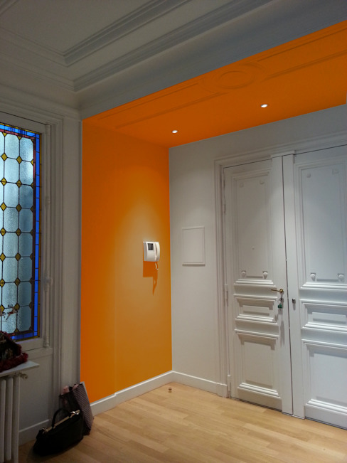 Classic style corridor, hallway and stairs by VH Conseil et Conception Classic