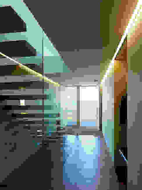 Haus SF Moderner Flur, Diele & Treppenhaus von Dietrich | Untertrifaller Architekten ZT GmbH Modern
