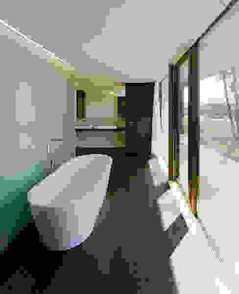 Ванные комнаты в . Автор – Dietrich   Untertrifaller Architekten ZT GmbH,