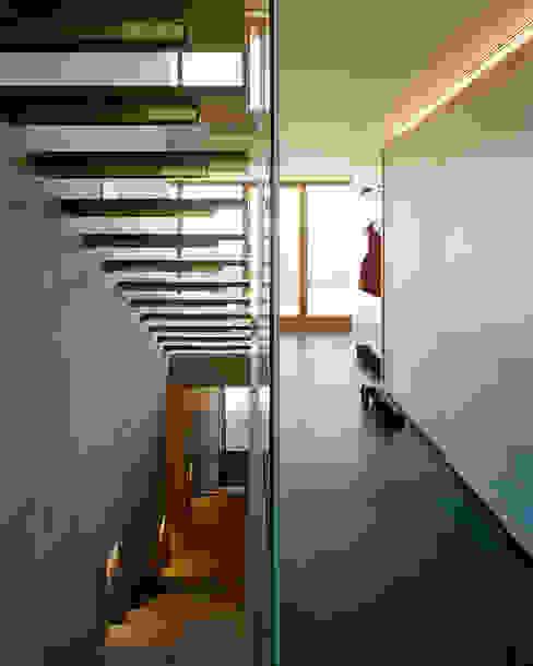 Corredores, halls e escadas campestres por Dietrich | Untertrifaller Architekten ZT GmbH Campestre