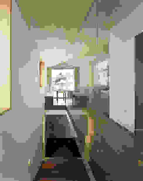 Dietrich | Untertrifaller Architekten ZT GmbH Corridor, hallway & stairs