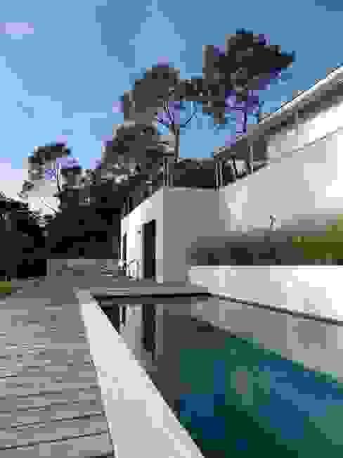 Villa contemporaine Piscine coloniale par Casa Architecture Colonial