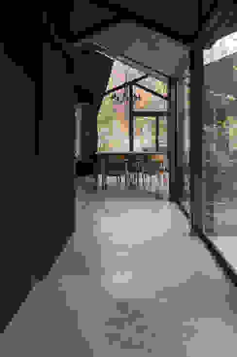 箕面森町の家 モダンな 壁&床 の 間工作舎 モダン