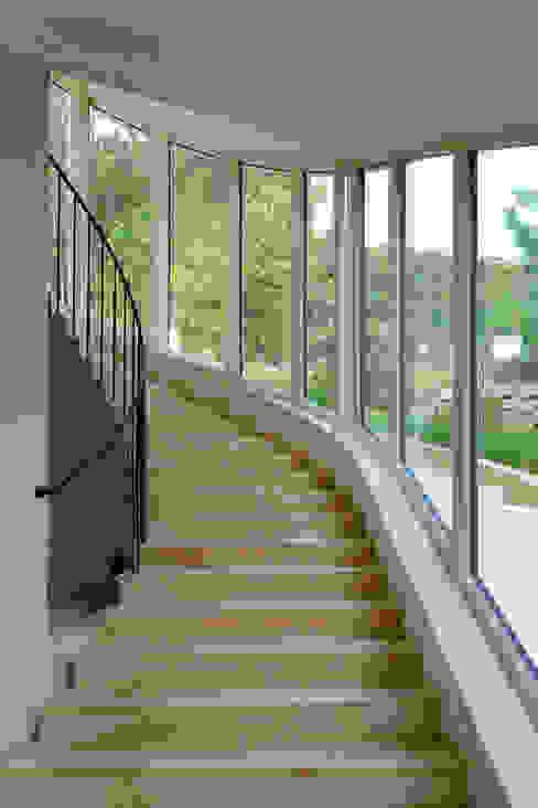 Haus GF Mediterraner Flur, Diele & Treppenhaus von t-hoch-n Architektur Mediterran