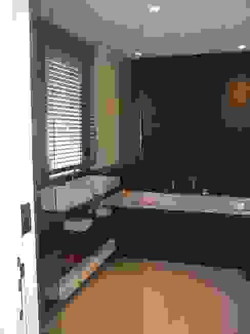 Villa pied dans l'eau Salle de bain moderne par Véronique Desmit Moderne