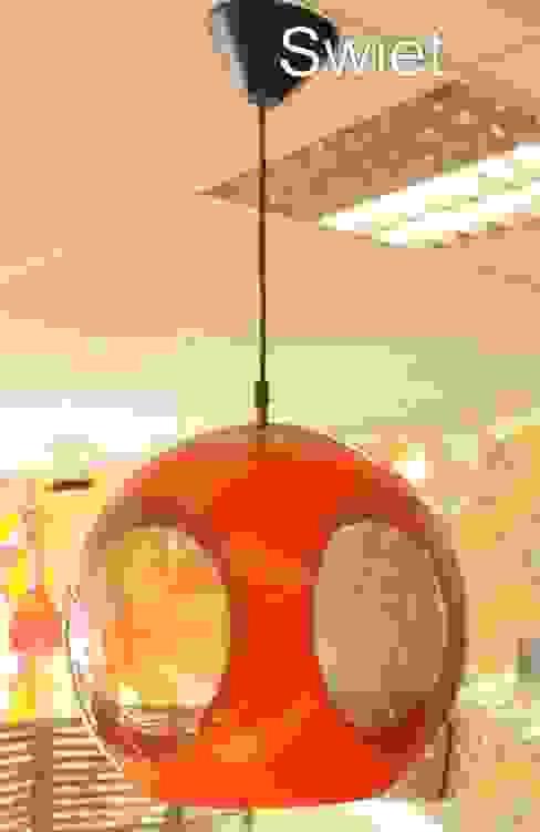 Luigi Colani seventies kunststof knal oranje hanglamp spage age lamp: modern  door Swiet, Modern