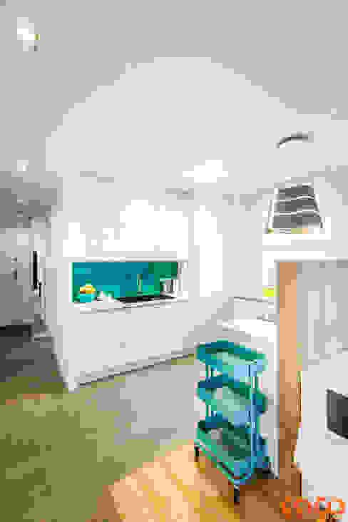 Lazurowe mieszkanie Nowoczesna kuchnia od COCO Pracownia projektowania wnętrz Nowoczesny