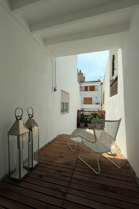 PISO TORRENT MATARÓ Balcones y terrazas de estilo mediterráneo de Lara Pujol | Interiorismo & Proyectos de diseño Mediterráneo