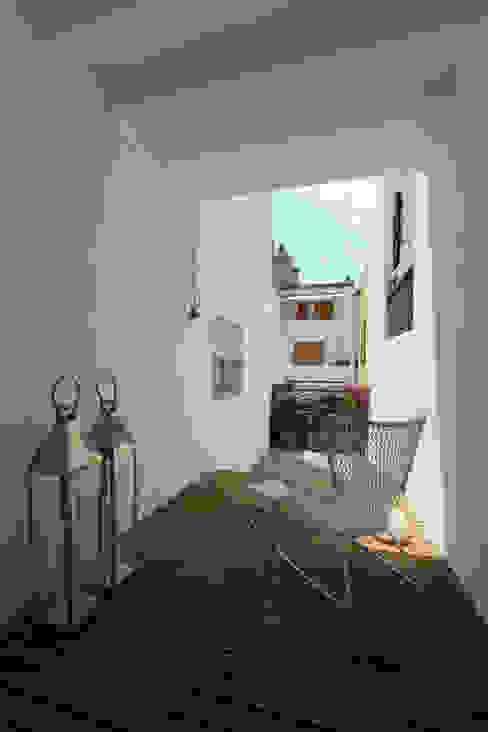 Lara Pujol | Interiorismo & Proyectos de diseño Терраса в средиземноморском стиле