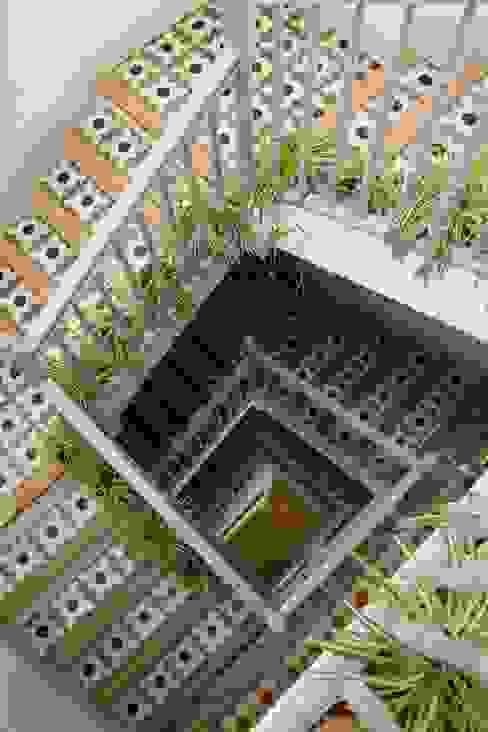 Corredores, halls e escadas mediterrâneos por Casa Josephine Mediterrâneo
