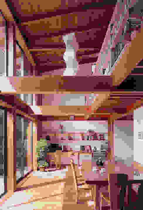 居間 書斎コーナー 北欧デザインの リビング の ARKSTUDIO一級建築士事務所 北欧