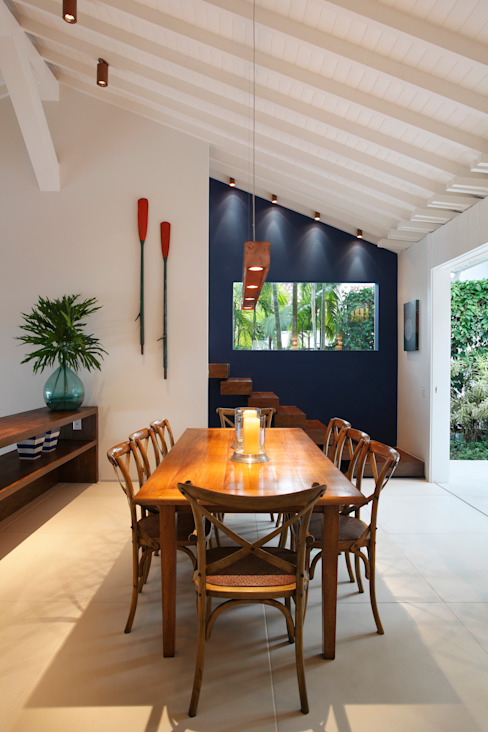 Country style dining room by Escala Arquitetura Country