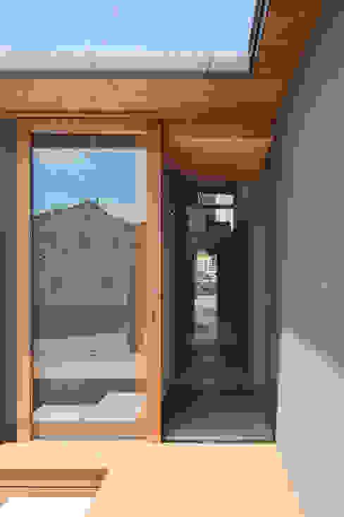 Pasillos, vestíbulos y escaleras de estilo moderno de 建築設計事務所SAI工房 Moderno