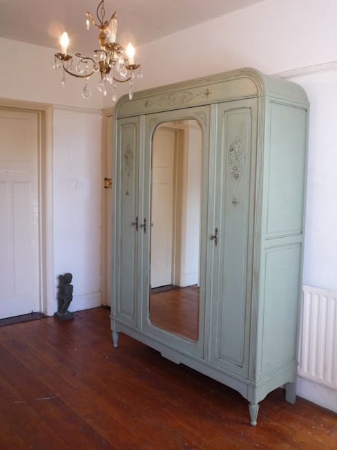 Triple Door French Art Deco Armoire With Fitted Interior de homify Rústico