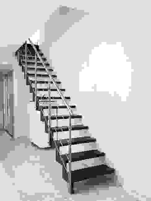 Projekty,  Korytarz, hol i schody zaprojektowane przez Passion Escaliers