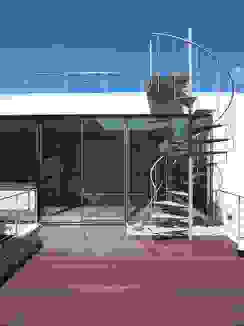 Modern Balkon, Veranda & Teras 株式会社 コンパス建築工房 Modern
