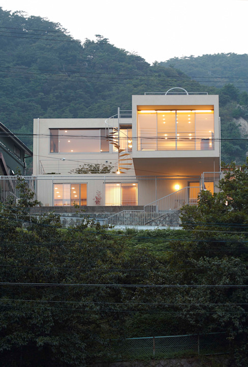 Modern houses by 株式会社 コンパス建築工房 Modern