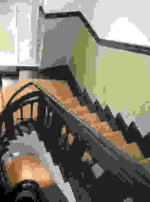Treppenhaus Flur, Diele & Treppenhaus von Atelier Wandlungen GbR