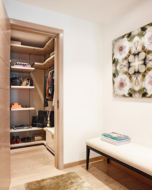 Harrod's Court Modern dressing room by Anna Casa Modern