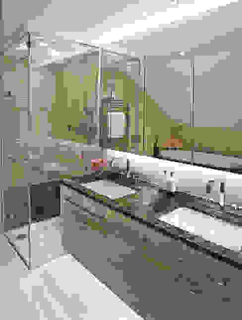 Harrod's Court Modern bathroom by Anna Casa Modern