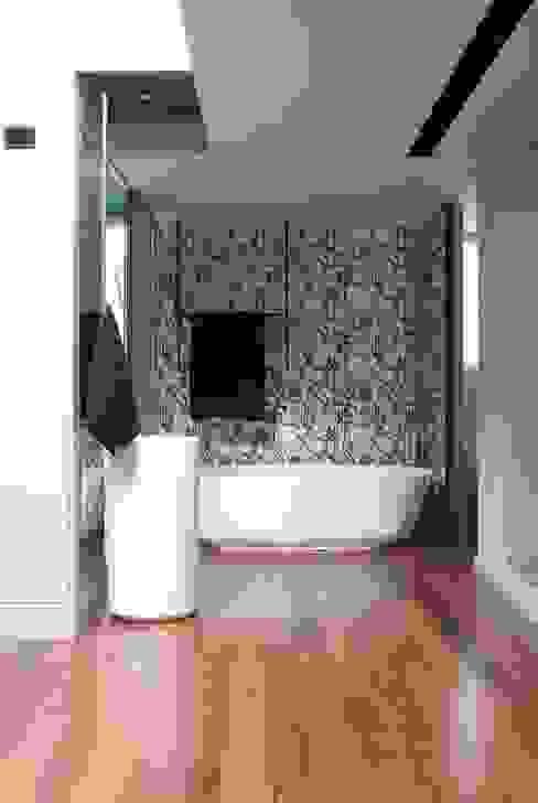 BAÑO PLANTA PRIMERA - VIVIENDA EN BARCELONA de LLOBET interiors Baños de estilo moderno de homify Moderno
