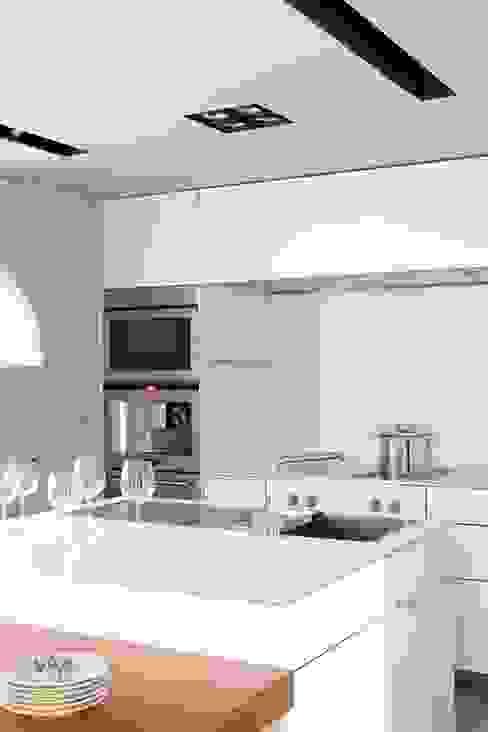 COCINA - VIVIENDA EN BARCELONA de LLOBET interiors Cocinas de estilo moderno de homify Moderno