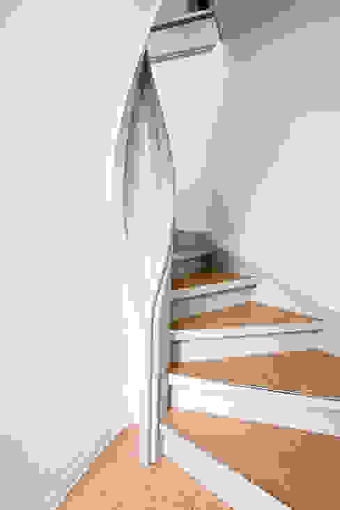 Daniel Beutler Treppenbau Corredor, vestíbulo e escadasEscadas