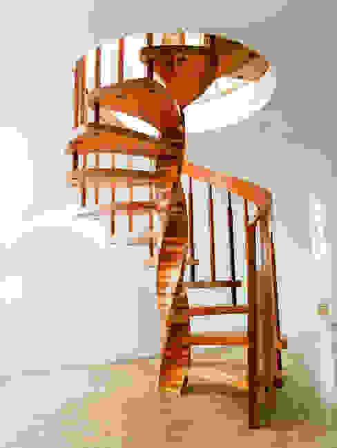 玄關、走廊與階梯 by Daniel Beutler Treppenbau,