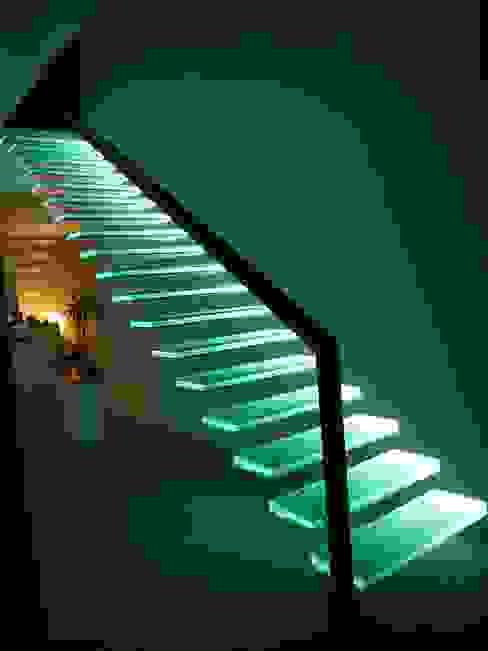 Vestíbulos, pasillos y escaleras de estilo  por Wachenfeld Natursteinwerk