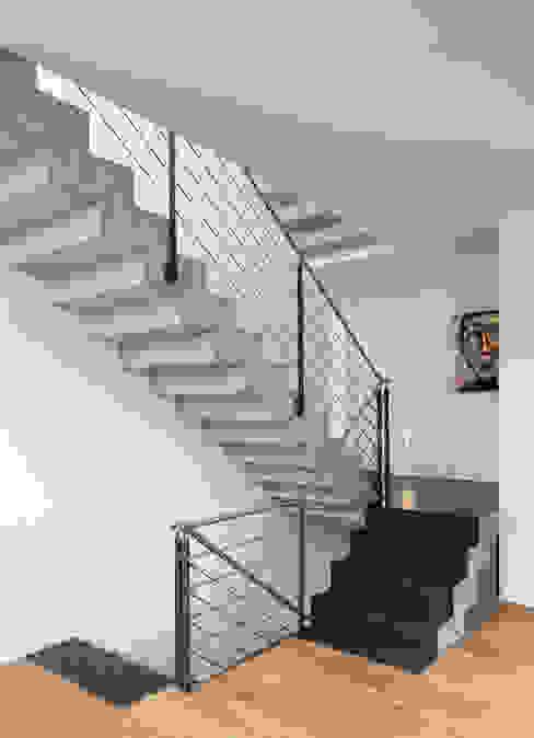 Beton Ciré auf Treppe Moderner Flur, Diele & Treppenhaus von Einwandfrei - innovative Malerarbeiten oHG Modern