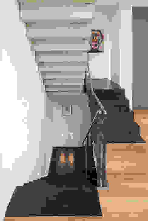 Pasillos y recibidores de estilo  por Einwandfrei - innovative Malerarbeiten oHG, Moderno