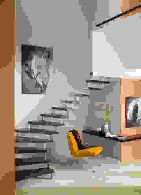 Vestíbulos, pasillos y escaleras de estilo  por Treppenbau Grohskurth GmbH,