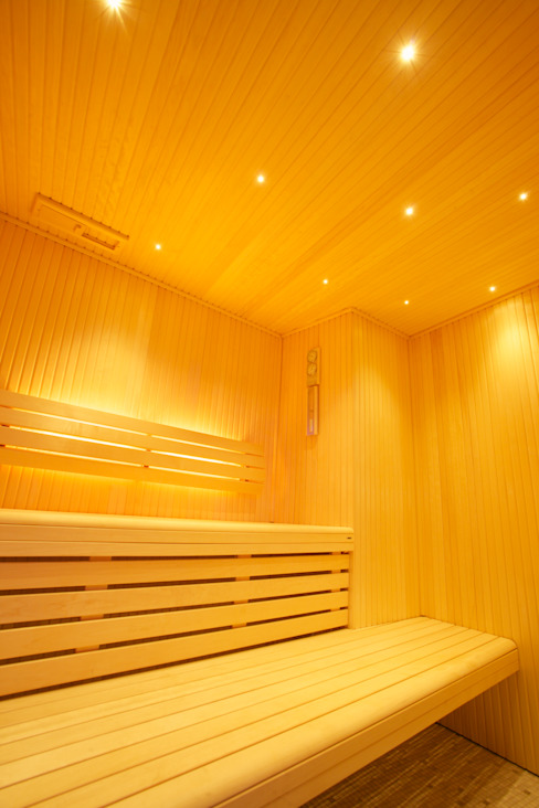 Luxury sauna and steam room installed in Cambridge Salle de sport moderne par Leisurequip Limited Moderne