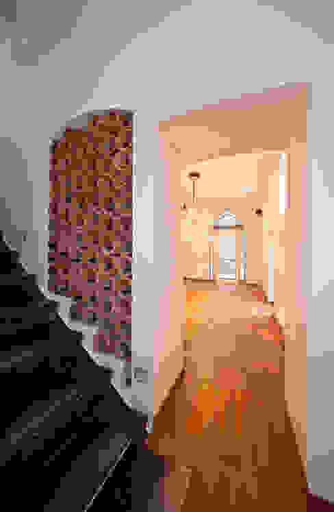 Treppenhaus-Gestaltung mit Marmorputz, Gesindehaus, Bad Hönningen Mediterraner Flur, Diele & Treppenhaus von Einwandfrei - innovative Malerarbeiten oHG Mediterran